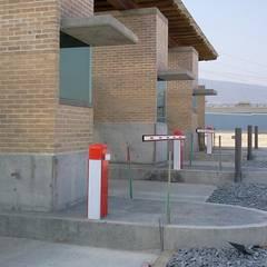 Parque Logistico Puerta del Norte: Puertas de estilo  por FSC