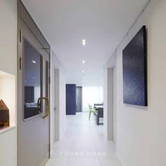 43PY 도곡렉슬 _ 수납공간으로 완성된 품격 있는 모던 아파트 인테리어: 영훈디자인의  복도 & 현관