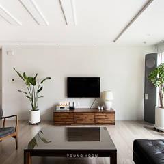 33PY 삼성 힐스테이트1차_따뜻한 색감의 밝고 세련된 거실과 주방이 돋보이는 아파트 인테리어: 영훈디자인의  거실,북유럽