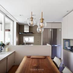 33PY 삼성 힐스테이트1차_따뜻한 색감의 밝고 세련된 거실과 주방이 돋보이는 아파트 인테리어: 영훈디자인의  다이닝 룸,북유럽