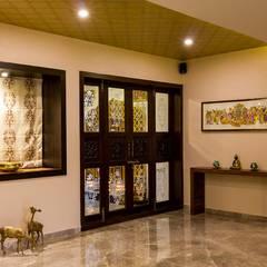 Residential Project - Bedroom:  Corridor & hallway by Taayan Designs,