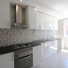 Apartamento T2 Odivelas: Cozinhas  por EU LISBOA