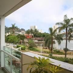 Balcón de estilo  por Viviane Cunha Arquitetura