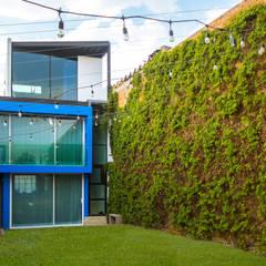 Casa-Oficina 1a de Mayo: Casas unifamiliares de estilo  por ÖQ Arquitectos
