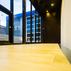 Casa-Oficina 1a de Mayo: Pasillos y recibidores de estilo  por ÖQ Arquitectos, Ecléctico