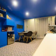 Casa-Oficina 1a de Mayo: Estudios y oficinas de estilo  por ÖQ Arquitectos