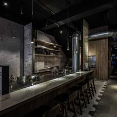 黑質美學  牧炙  Interlacing black aesthetics - Mu-Chih Teppanyaki:  餐廳 by 木介空間設計 MUJIE Design