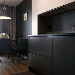 APARTAMENT M. W KRAKOWIE: styl , w kategorii Aneks kuchenny zaprojektowany przez TIKA DESIGN
