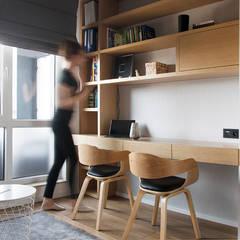 APARTAMENT M. W KRAKOWIE: styl , w kategorii Domowe biuro i gabinet zaprojektowany przez TIKA DESIGN