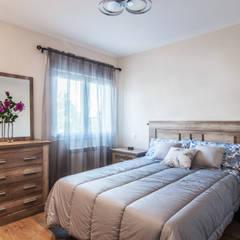 Reforma integral en Collado Villalba (Madrid): Dormitorios de estilo  de Simetrika Rehabilitación Integral