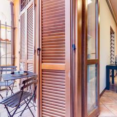 Relooking appartamento in Ghetto Ebraico a Roma: Balcone in stile  di Creattiva Home ReDesigner  - Consulente d'immagine immobiliare