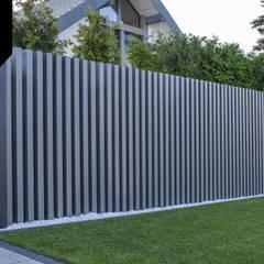 Dark Monolith. Nowoczesne ogrodzenie Xcel: styl , w kategorii Podwórko zaprojektowany przez Xcel