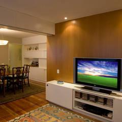 Apartamento LAC Salas de estar clássicas por Viviane Cunha Arquitectura Clássico