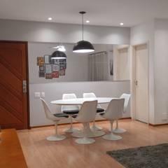 CARA NOVA PARA SALA DE ESTAR/JANTAR QUADRADA EM COPACABANA: Salas de jantar  por Maria Helena Torres Arquitetura e Design