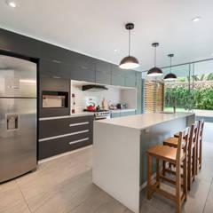 Casa del Parque: Cocinas equipadas de estilo  por ROMO ARQUITECTOS,