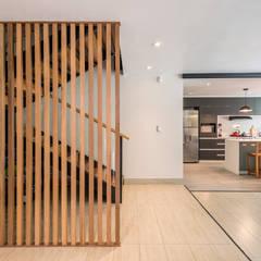 Casa del Parque: Escaleras de estilo  por ROMO ARQUITECTOS, Moderno Madera maciza Multicolor