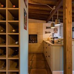 Reconstrução de moradia antiga: Garagens e arrecadações  por Atelier d'Maison,Moderno