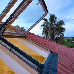 Reconstrução de moradia antiga: Telhados  por Atelier d'Maison,Moderno