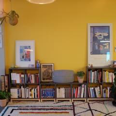 غرفة المعيشة تنفيذ 디아홀스 인테리어 , بحر أبيض متوسط