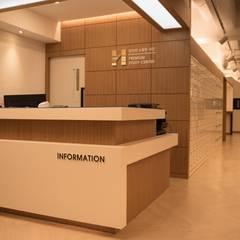 H독서실 인테리어: 도시공간연구소의  벽,클래식 엔지니어드 우드 투명