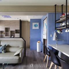 LIU House‧全民萬歲:  走廊 & 玄關 by 元作空間設計, 現代風