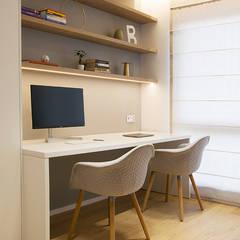 APARTAMENT JK. W KRAKOWIE: styl , w kategorii Domowe biuro i gabinet zaprojektowany przez TIKA DESIGN