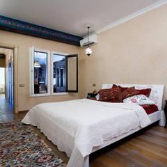 Квартира на Большеохтинском: Спальни в . Автор – дизайн-группа 'Лестница', Эклектичный