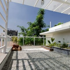 ABHILASH RESIDENCE:  Balcony by de square
