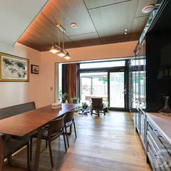 도심과 숲이 어우러진 주택단지에 위치한 고급주택 : 더존하우징의  빌트인 주방
