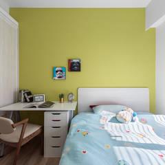 Cuartos pequeños  de estilo  por 禾廊室內設計, Moderno