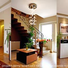Fragment domu w Mydlnikach pod Krakowem. Eklektyczny korytarz, przedpokój i schody od MAXDESIGNER Eklektyczny