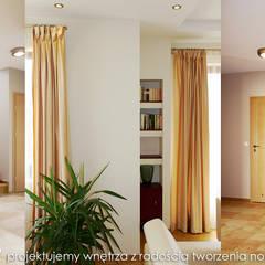 Przytulny dom pod Krakowem. Eklektyczny korytarz, przedpokój i schody od MAXDESIGNER Eklektyczny