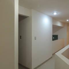 Casa Atlas | 2017: Pasillos y recibidores de estilo  por DOOR Arquitectos