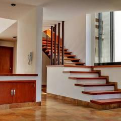 Casa Tesalia | 2013: Pasillos y recibidores de estilo  por DOOR Arquitectos