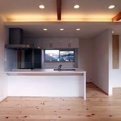 東多田の家 -開放的な2階リビング住宅-: 中澤建築設計事務所が手掛けたシステムキッチンです。,北欧 木材・プラスチック複合ボード