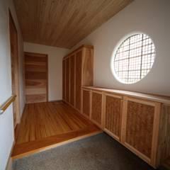 素の和モダンの家: 株式会社高野設計工房が手掛けた廊下 & 玄関です。