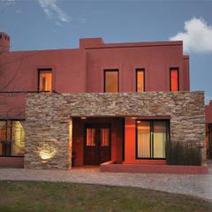 Gran variedad de Diseños: Casas unifamiliares de estilo  por CREARQ CONSTRUCCIONES SRL,Moderno