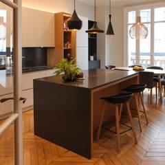 Transformation d'un cabinet médical en appartement familial (230 m2): Éléments de cuisine de style  par Créateurs d'Interieur,
