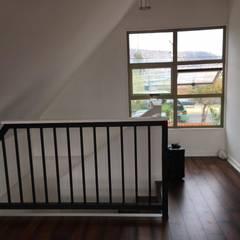Remodelación Casa San Bernardo: Escaleras de estilo  por Constructora Crowdproject, Moderno