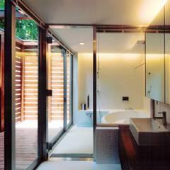 中登美ヶ丘の家 -遠景と大木を望む家-: 中澤建築設計事務所が手掛けた浴室です。,モダン タイル