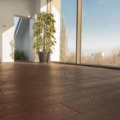 Podłogi w domu w stylu eklektycznym: styl , w kategorii Pokój multimedialny zaprojektowany przez Roble