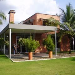 CASA UNIFAMILIAR L XI - JAMUNDI: Casas de estilo  por DESIGNIO Arquitectura + Objetos, Tropical Ladrillos