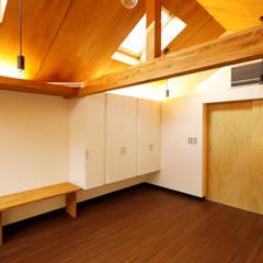 Small bedroom توسط一級建築士事務所 感共ラボの森, آسیایی چوب Wood effect