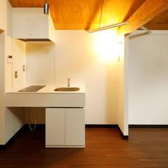 大人可愛い賃貸ルーム: 一級建築士事務所 感共ラボの森が手掛けた小さなキッチンです。,モダン