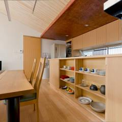 Muebles de cocinas de estilo  por 一級建築士事務所 感共ラボの森, Asiático Madera Acabado en madera