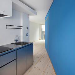 路地のような賃貸ルーム: 一級建築士事務所 感共ラボの森が手掛けた小さなキッチンです。,モダン 金属