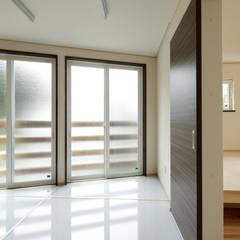 本の家: 一級建築士事務所 感共ラボの森が手掛けた廊下 & 玄関です。
