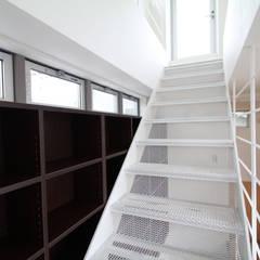 光が通り、開放感が生まれ、家が明るくなる魔法の階段、スケルトン階段の家: 株式会社小木野貴光アトリエ 級建築士事務所が手掛けた階段です。,インダストリアル 鉄/鋼