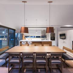 Casa CM: Cocinas a medida  de estilo  por Además Arquitectura,Minimalista Madera maciza Multicolor