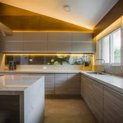 Residencia Fuentes: Muebles de cocinas de estilo  por Almadera, Moderno Derivados de madera Transparente